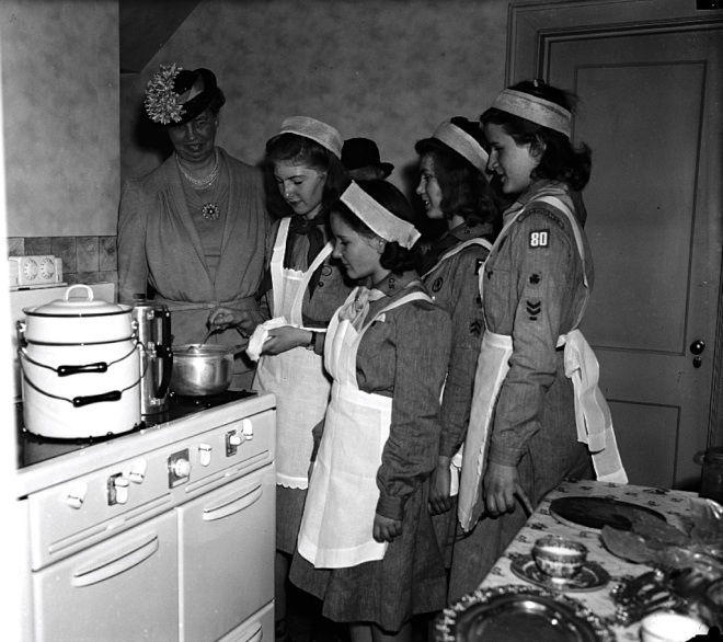Eleanor Roosevelt cooking_1024